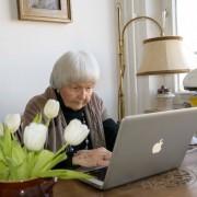 Konzentriert - Rosemarie Prutz (90) am Laptop