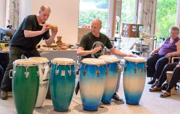 Sönke Liethmann (re) und Partner geben beim Drumcircle im AWO Servicehaus Mettenhof den Rhythmus vor