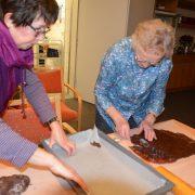 Frau Heckmann und Frau Hannessen bei der Arbeit