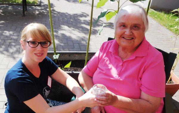 Gute Pflege braucht gute Ausbildung, faire Arbeitsbedingungen, und sie muss bezahlbar bleiben: Pflegestudentin Julia Rakebrandt mit Karin Bittermann, Mieterin im AWO Servicehaus Lübeck. Foto AWO