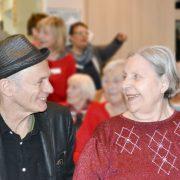 Abi Wallenstein beim Konzert im AWO Servicehaus Mettenhof mit Bewohnerin Else Palmus.