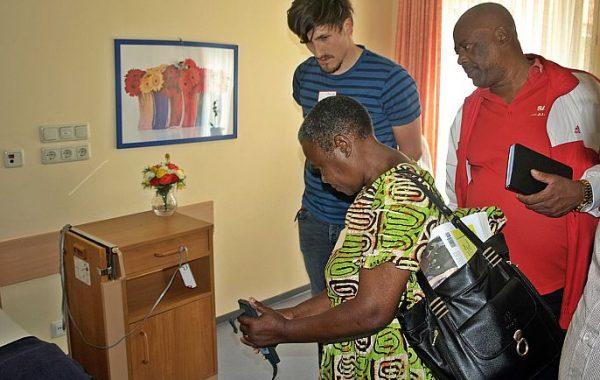 Shichanaisaria Matemba testet ein Elektro-Pflegebett
