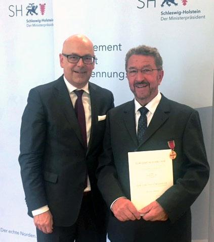Ministerpräsident Torsten Albig überreichte Wilhelm Flor im Gästehaus der Landesregierung in Kiel die Verdienstmedaille des Verdienstordens. Foto AWO