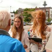 Lajana Körner und Svenja Rüß im Gespräch mit den Anwohnern.